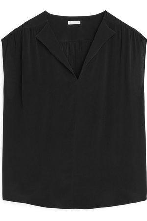ARKET Naiset Hihattomat - Sleeveless V-Neck Top - Black