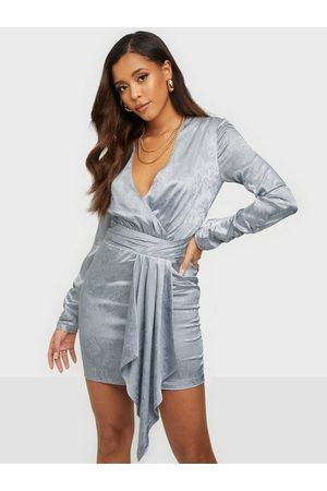 NLY Trend Naiset Juhlamekot - Twisted Front Drapy Dress