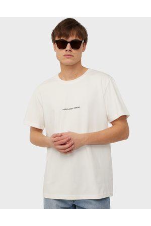 The Classy Issue x NA-KD Miehet T-paidat - Logo Tee T-paidat ja topit Cream