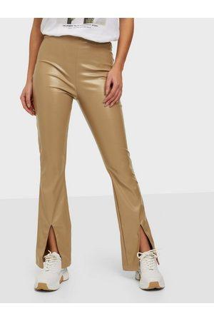 Parisian Naiset Nahkahousut - Faux Leather Split Flare Trousers Camel