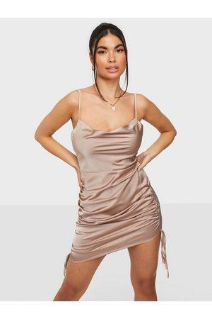 Missguided Naiset Myötäilevät Mekot - Satin Cowl Neck Ruched Mini Dress