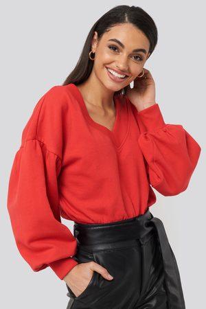 NA-KD Naiset Collegepaidat - Puff Sleeve V-neck Sweatshirt - Red