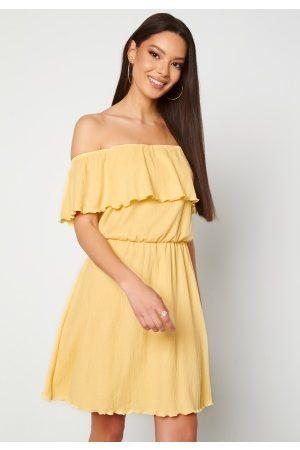 BUBBLEROOM Naiset Olkaimettomat Mekot - Eliza offshoulder dress Light yellow S