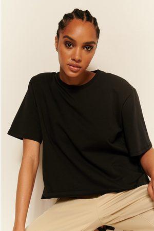 NA-KD Naiset Paidat - Orgaaninen T-paita Olkatoppauksilla - Black