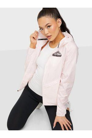 Nike Naiset Takit - W Nk Sf Trail Jkt