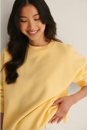 NA-KD Orgaaninen Oversize-collegepaita - Yellow