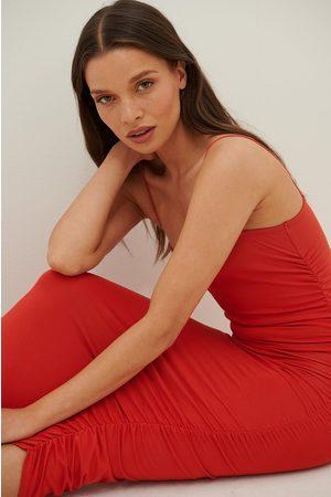 Anika Teller x NA-KD Rypytetty Jersey-Olkainmekko - Red