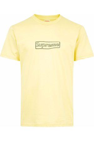 Supreme T-paidat - X KAWS chalk logo T-shirt