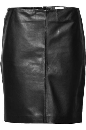 My Essential Wardrobe 19 The Leather Skirt Lyhyt Hame