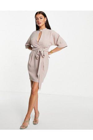 Closet Naiset Kesämekot - Kimono wrap tie mini dress with keyhole in stone-Neutral