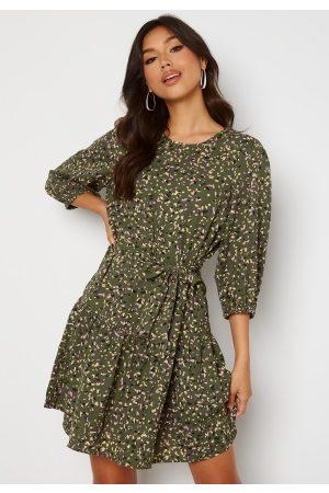 ONLY Naiset Juhlamekot - Thora 3/4 Belt Dress Four Leaf Clover S