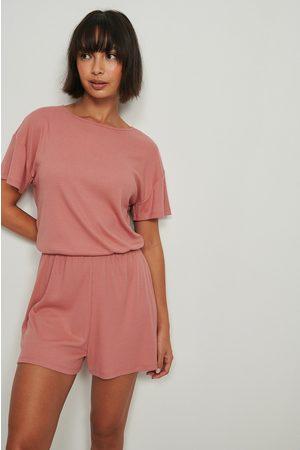 NA-KD Lingerie Naiset Pyjamat - Pehmeästi Ribatut Playsuit-Pyjamat, Kierrätettyä Materiaalia - Pink