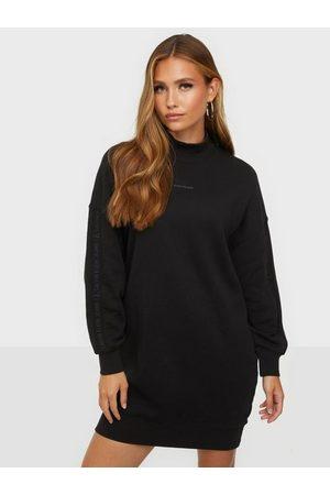 Calvin Klein Naiset Mekot - Logo Trim Mock Neck Dress