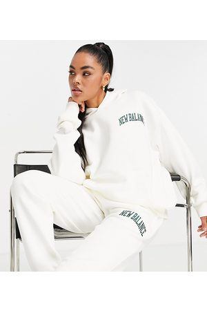 New Balance Naiset Collegepaidat - Collegiate hoodie in off white and green
