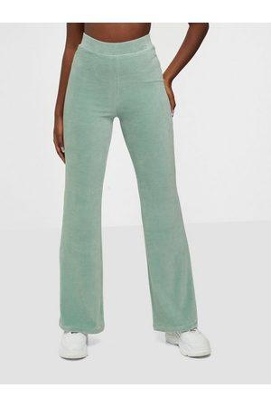NLY Trend Flirty Velour Pants /vihreä