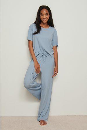 NA-KD Naiset Pyjamat - Ribatut housut viimeistelemättämillä lahkeilla, kierrätettyä materiaalia - Blue