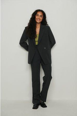 NA-KD Naiset Suorat - Pliseeratut suoralahkeiset puvunhousut, kierrätettyä materiaalia - Black