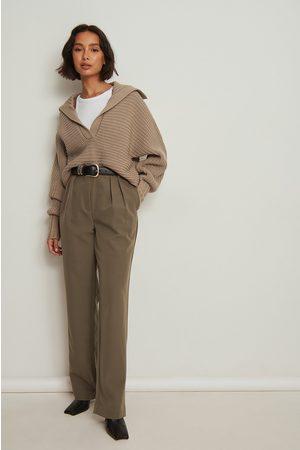 NA-KD Naiset Suorat - Pliseeratut suoralahkeiset puvunhousut, kierrätettyä materiaalia - Brown