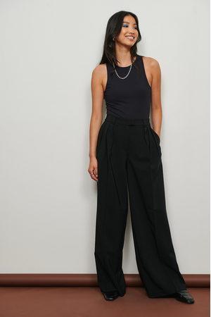 NA-KD Naiset Suorat - Matalavyötäröiset, leveät laskostetut puvunhousut, kierrätettyä materiaalia - Black