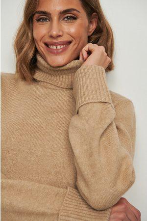 NA-KD Naiset Neulepaidat - Korkeakauluksinen neulepusero käännetyillä hihoilla