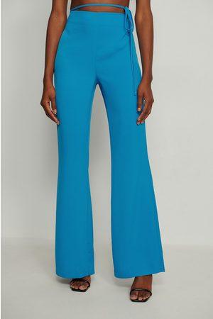 NA-KD Sivulta solmittavat puvunhousut, kierrätettyä materiaalia - Blue